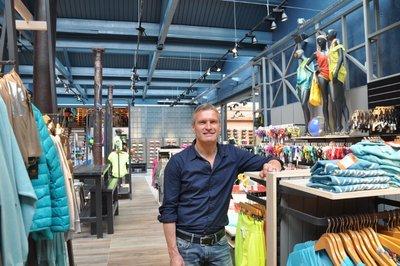 b287582bd2c Marcel Janssen van Sport 'N Styles verzorgt een rondleiding door het van  binnen totaal gerenoveerde pand. Opvallend detail is de industriële  vormgeving.